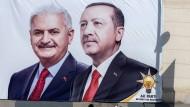 Präsident Erdogan (rechts) und der frühere Ministerpräsident Yildirim auf einem Wahlplakat in Istanbul