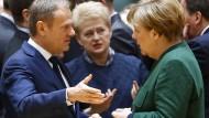 """""""Zu unserem Glück vereint"""": Ratspräsident Tusk spricht mit Kanzlerin Merkel, dahinter die litauische Präsidentin Grybauskaite"""