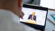 CDU-Politik Friedrich Merz am Samstag auf dem digitalen Parteitag in Berlin und auf dem iPad des Delegierten Ingmar Jung in Wiesbaden.
