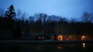 Rettungskräfte arbeiten in Bad Aibling auch am Abend weiter.