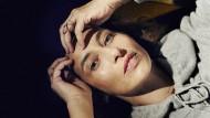 """Das """"Je ne sais quoi"""" der Parisienne ist ein Savoir-faire: Alexandra Golovanoff trägt nur im Fernsehen Make-up, nicht zu Hause. Ihre Hautcreme ist von Augustinus Bader, einem Deutschen. Incroyable!"""