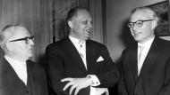 Wolfgang Fränkel (rechts) bei seiner Amtseinführung durch Justizminister Wolfgang Stammberger (Mitte) im März 1962; daneben der Amtsvorgänger als Generalbundesanwalt Max Güde.