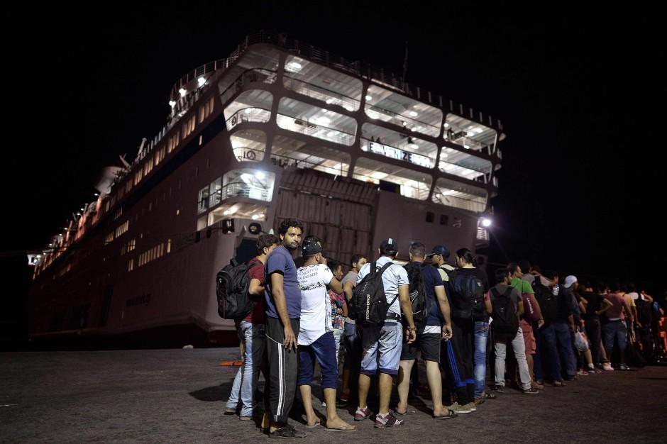 Syrische Flüchtlinge warten vor dem Fährschiff, um sich zu registrieren