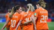 Die niederländischen Fußballerinnen Danielle van de Donk, Jackie Groenen und Dominique Bloodworth gehen nach dem Treffer zum 1:0 über den Platz.