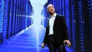 Amazon-Chef Jeff Bezos redet gern über seine Datenspeicher. Für die CIA betreibt sein Unternehmen die Cloud. Zur Spähaffäre schweigt er konsequent.