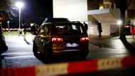 Polizeiwagen vor einer Wohnanlage in Neu-Ulm, nachdem ein Mann dort lebensgefährlich verletzt wurde.