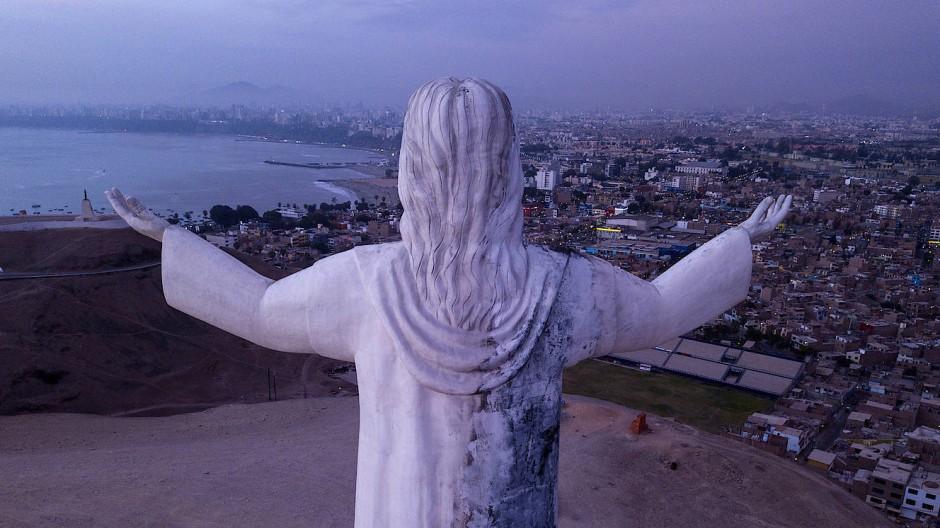 Die Christusstatue wacht über die peruanische Hauptstadt Lima.
