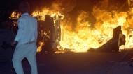 Vor 25 Jahren: Am brennenden Asylbewerberheim Rostock-Lichtenhagen