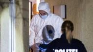 Beamte der Spurensicherung untersuchen ein Haus in Herne, wo ein neunjähriger Junge umgebracht wurde.