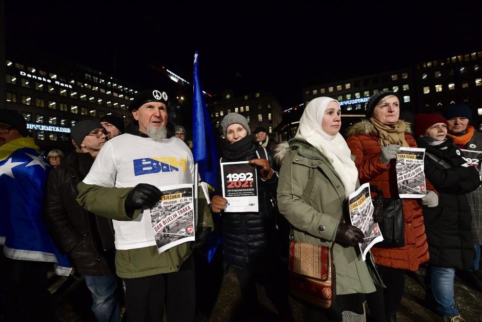 In Stockholm protestierten rund 400 Menschen gegen die Vergabe des Literaturnobelpreises an Peter Handke.