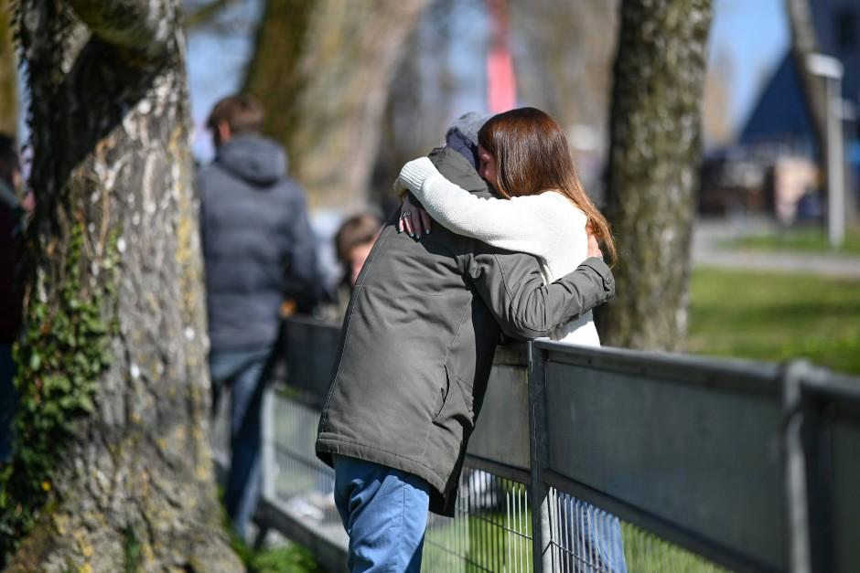 Ein Pärchen umarmt sich im April an der Deutsch-Schweizer Grenze zwischen Konstanz und Kreuzlingen.
