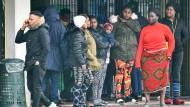 Asylbewerber in Castelnuovo di Porto bei Rom warten darauf, weggebracht zu werden, nachdem die Entscheidung gefallen ist, ihre Asylunterkunft zu räumen.