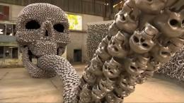 Kunst aus tausenden Metallschädeln