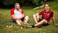 Zwei Happerschoßer: David Zimmermanns (rechts) hat in diesem Jahr die Crossminton-WM im Doppel gewonnen, Jakob Sodoge hat den Sport im Dorf etabliert.