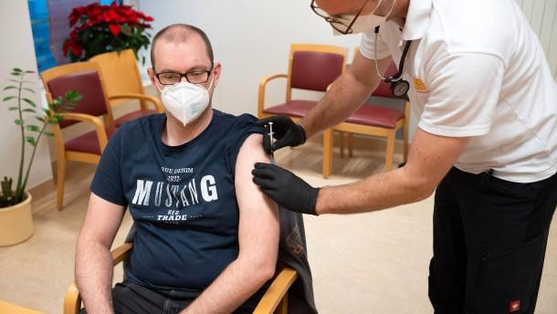 Erster Frankfurter erhält Corona-Impfung