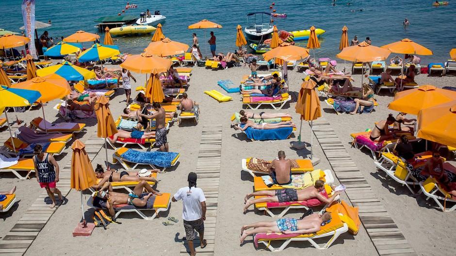 Bis zu den Sommerferien scheint ein Strandurlaub in Europa realistisch: Touristen auf der griechischen Insel Kos.