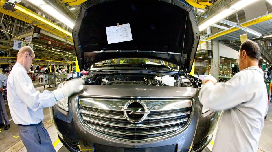 Handarbeit: Opel-Produktion in Rüsselsheim