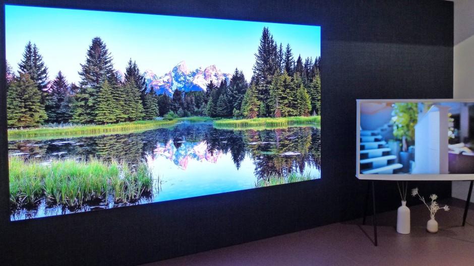 Vielleicht die Zukunft: Micro-LED-TV im Frankfurter Samsung Store neben einem Gerät in klassischer Größe