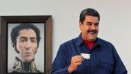Präsident Maduro gibt am vergangenen Sonntag bei der Kommunalwahl seine Stimme ab. Bei der Präsidentenwahl im kommenden Jahr will er die Opposition nicht antreten lassen.