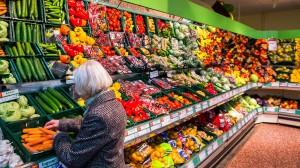 Frisches Gemüse in einem Supermarkt in Mecklenburg-Vorpommern.
