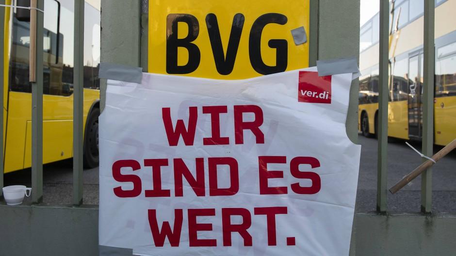 Ein Bild von einem Warnstreik bei der BVG – es würde aber auch ganz gut zur aktuellen Kampagne passen.