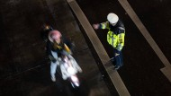 Maßnahme gegen die Pandemie: Ein Beamter kontrolliert im Dezember 2020 in Stuttgart, ob die nächtliche Ausgangsbeschränkung einhalten wird.