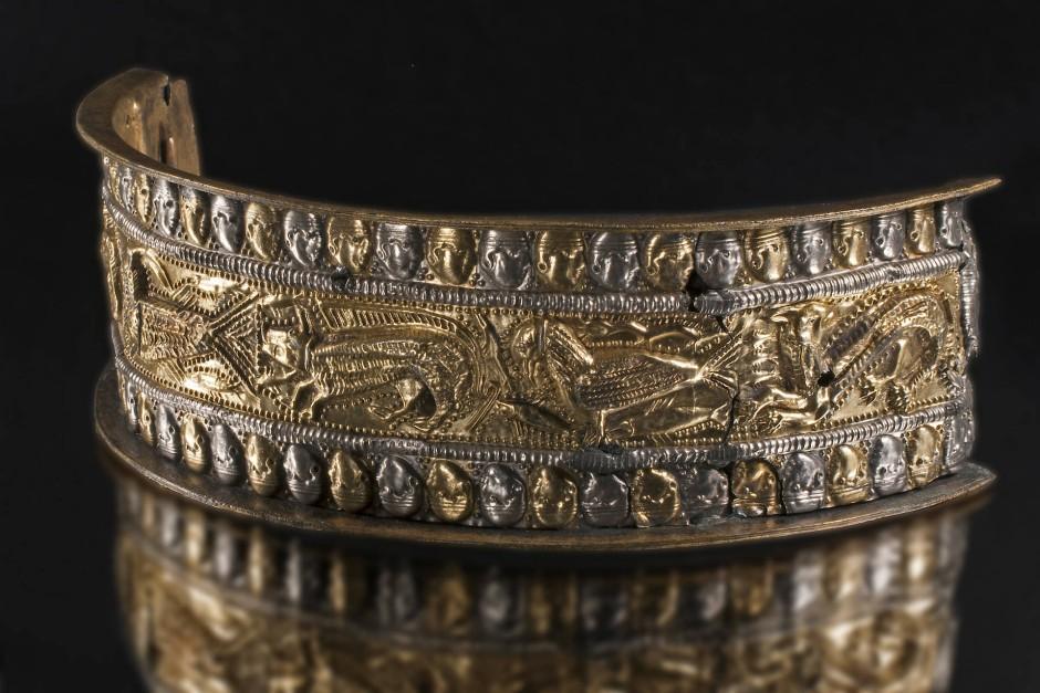 Das Pressblech mit zentralem Tierfries aus Silber und Gold, entstanden im 3. Jahrhundert nach Christus, wurde im Thorsberger Moor gefunden.