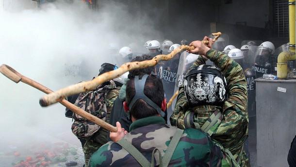 Griechische Bauern greifen Polizisten mit Hirtenstöcken an