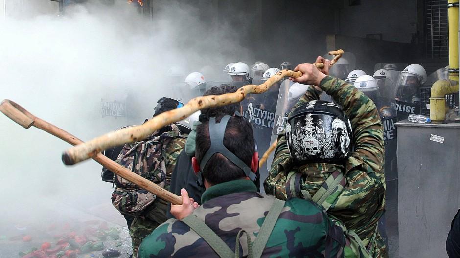 Funktionsänderung: Die Bauern benutzen ihren Hirtenstock um die Polizei anzugreifen.