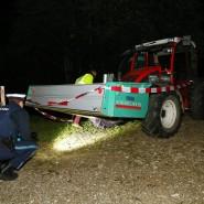 Polizisten untersuchen den Traktor nach der Unglücksfahrt.