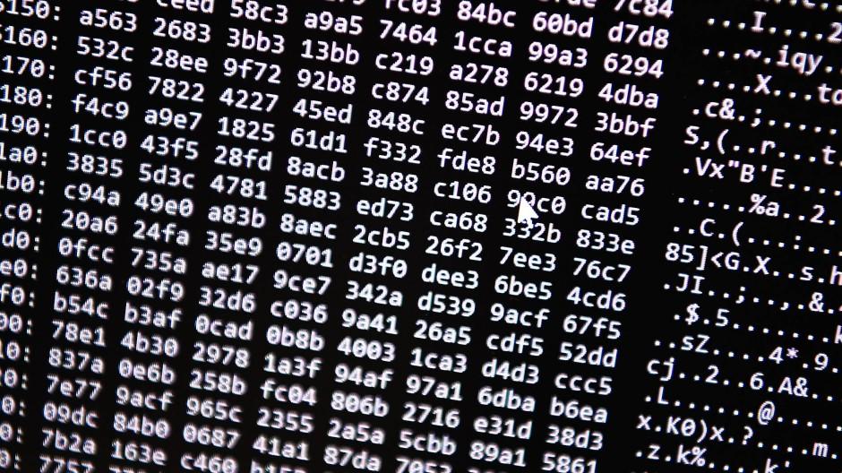 Ein Zahlencode läuft über einen Bildschirm.