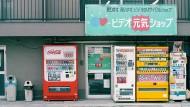 Trauen sich mehr: Die Japaner kaufen an ihren Automaten auch Salatköpfe oder gezapftes Bier.