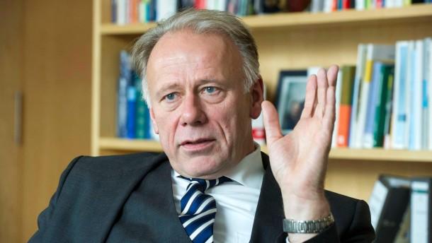 Jürgen Trittin - der Fraktionsvorsitzende von Bündnis90/Die Grünen im Bundestag und Spitzenkandidat der Partei für den Bundestagswahlkampf 2013 spricht in Berlin mit Manfred Schäfers