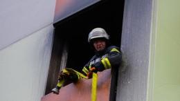Sohn soll Familie in brennende Wohnung gesperrt haben