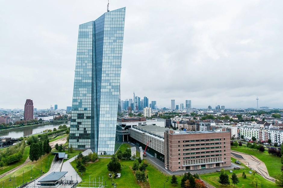 Die Europäische Zentralbank im Blick: Aussicht aus dem Wohnturm im Hafenpark-Quartier