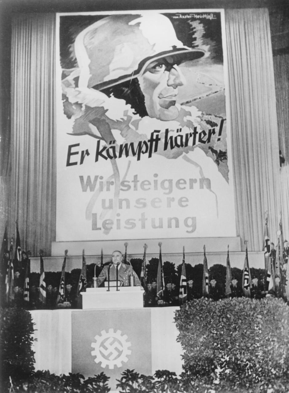 Pfauenhafter Kleinbürger in Uniform: Robert Ley bei einer Rede im Sportpalast, 1942.