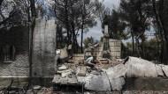 In Trümmern: Eine Hauseigentümerin in Mati durchsucht die Überreste ihres zerstörten Zuhauses.