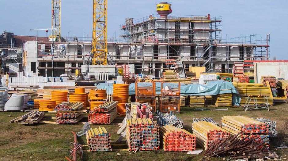 Mit der Neuregelung der Energie-Einsparverordnung im Jahr 2014 stiegen die Baukosten je Quadratmeter zunächst um 1,7 Prozent und mit der weiteren Verschärfung im Jahr 2016 um weitere 3,7 Prozent, konservativ gerechnet.