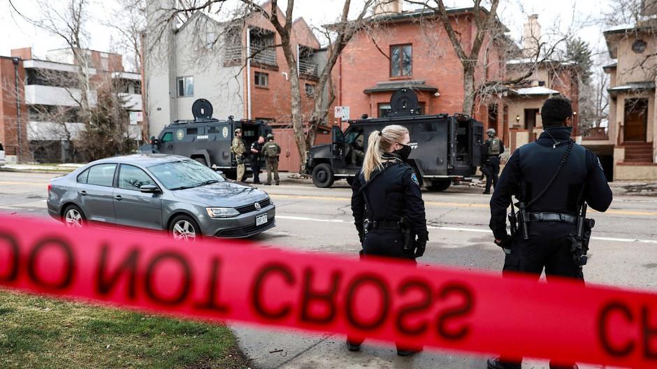 Nach der Schießerei fahndet die Polizei in Colorado nach einem Verdächtigten.
