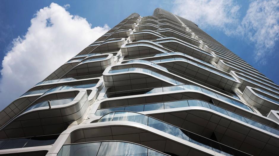 Abgerundete Sache: Die geschwungenen Balkone gliedern die Fassade des neuen Wohnturms. Hohe Brüstungen sollen Unfälle vermeiden.