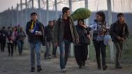 Dublin ist praktisch aufgehoben: Flüchtlinge an der griechisch-mazedonischen Grenze