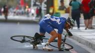 """Keine Chance auf Weiterfahrt: Der berüchtigte """"South Easter""""-Wind riss den Sportlern in Kapstadt ihre leichten Fahrräder mühelos aus den Händen."""