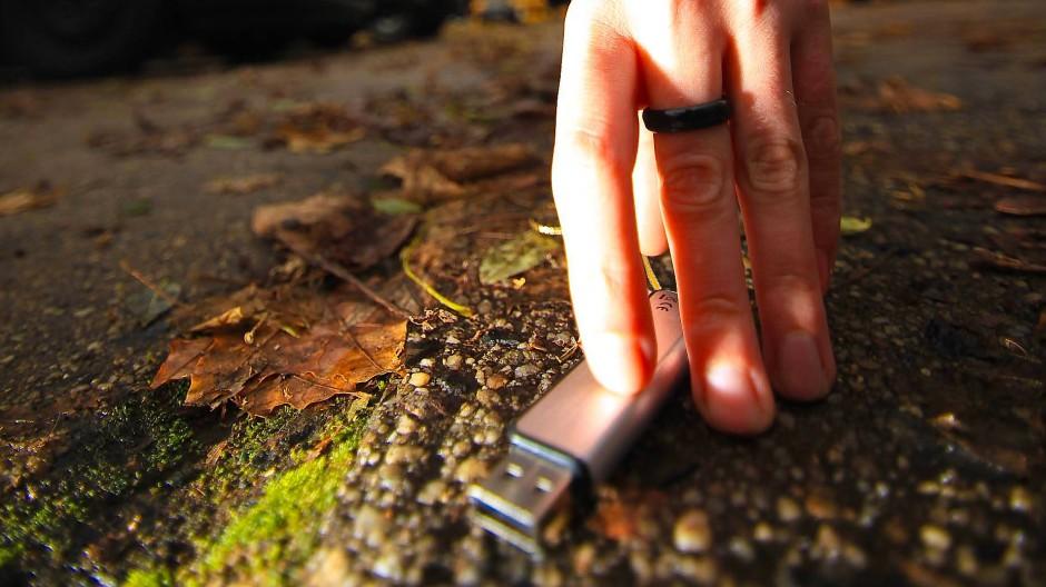 Der USB-Drop: Denn wer wollte nicht gern nachgucken, was auf so einem verlorenen Stick drauf ist?