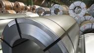 Verzinkte Feinblech-Coils im Hauptwerk der Salzgitter AG in Niedersachsen