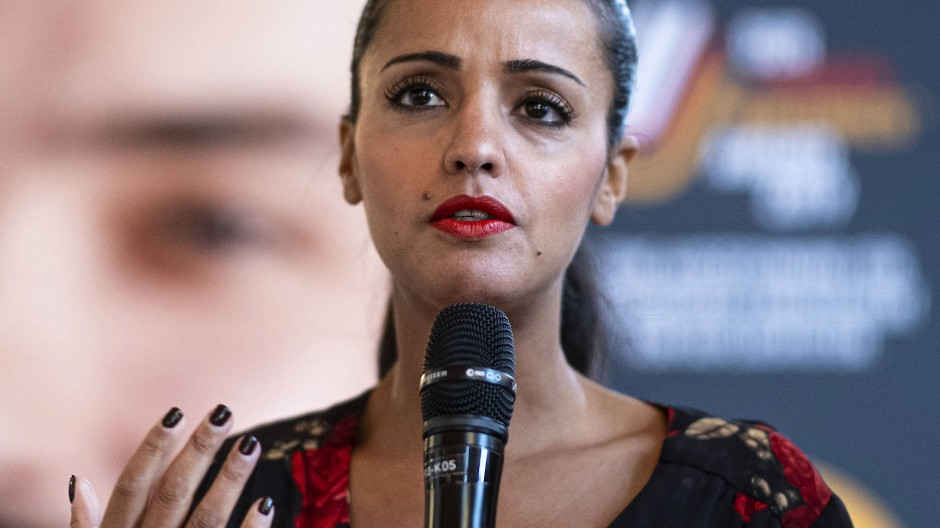 """Sawsan Chebli, Staatssekretärin für Bürgerschaftliches Engagement und Internationales, spricht beim """"Farben bekennen Award""""."""
