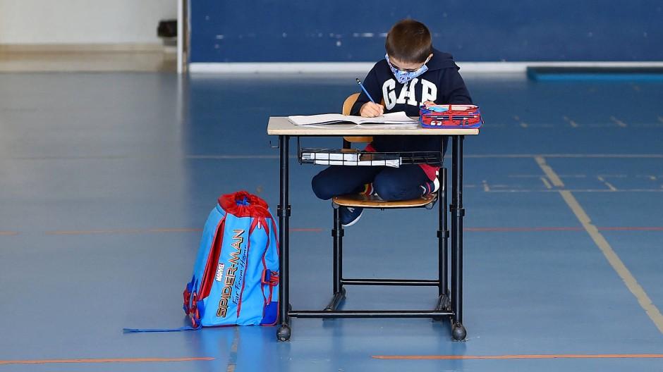 Schulen sollten in Italien bis September geschlossen bleiben, im Piemont startete der Unterricht nun mancherorts für vier bis fünf Schüler pro Klasse. Notfalls auch in der Turnhalle.