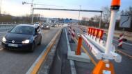 Da lief es noch halbwegs: Am Sonntagabend konnten die ersten Autos wieder über die Schiersteiner Brücke fahren.