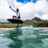 Auch ohne Wellen cool aussehen: das Lift eFoil, ein Surfboard mit Foils und Elektroantrieb