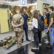 Auf Personalsuche: Schüler und Studenten an einem Bundeswehr-Messestand im September 2019 in Dortmund