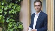 Espresso statt Fußball: Philipp Lahm vor dem Büro seiner Stiftung in München